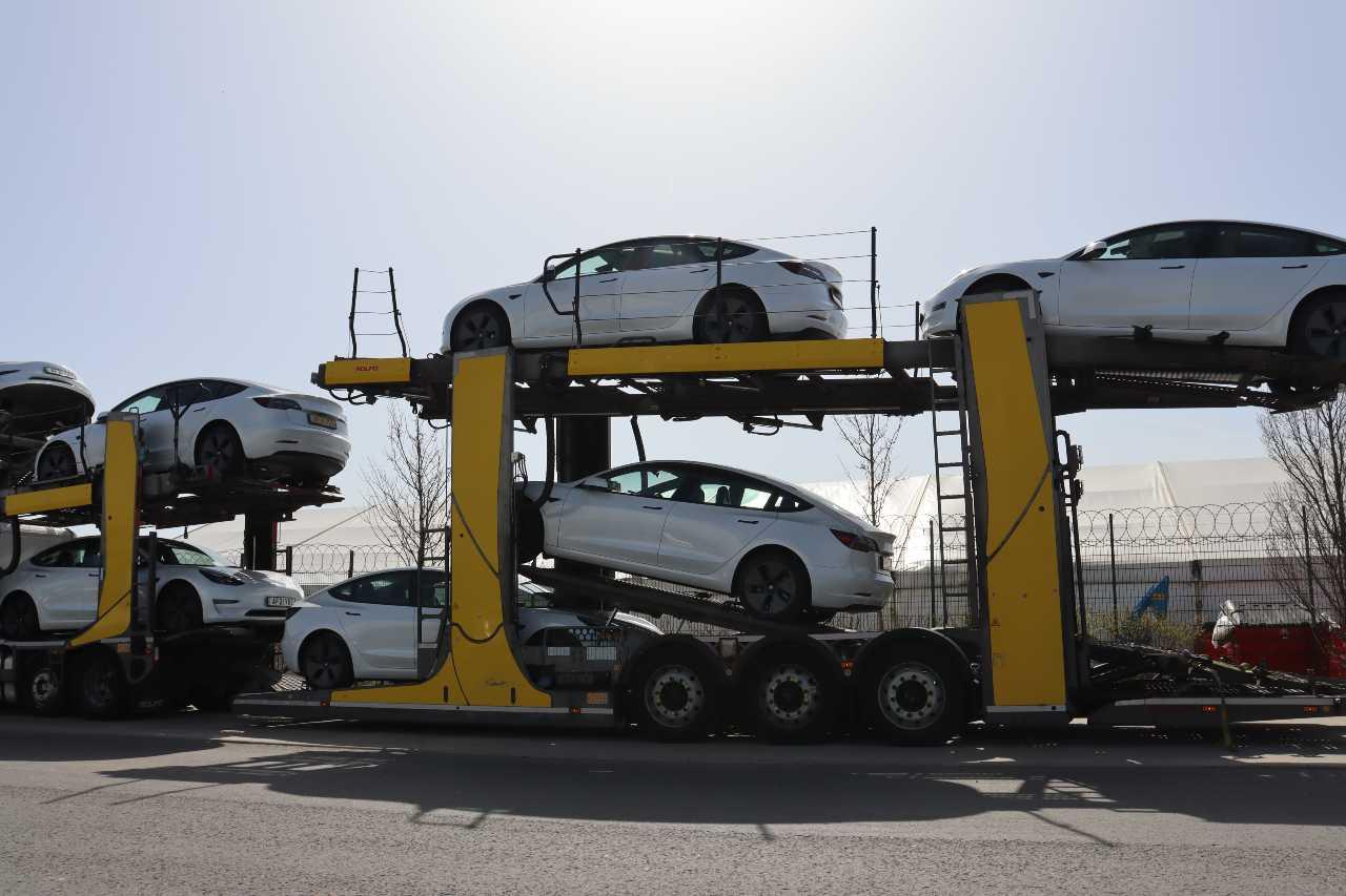 100 Tesla Model 3s arrive at Carparison